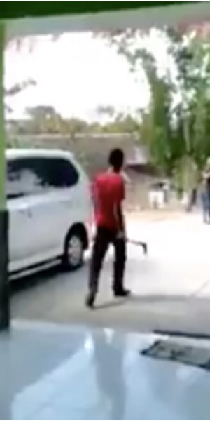 Indonesian student threatens teacher with sickle for confiscating his phone