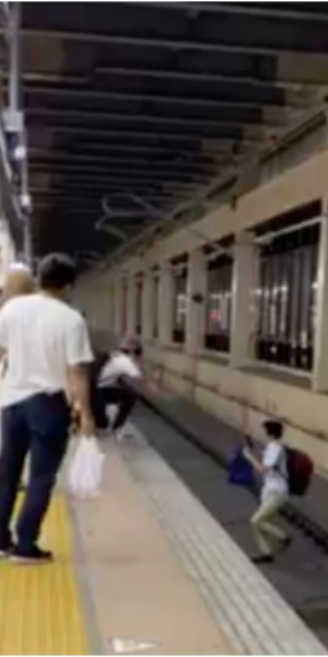 """Oi, oi!"" Mrbrown yells for help as drunk man falls onto train tracks in Japan"