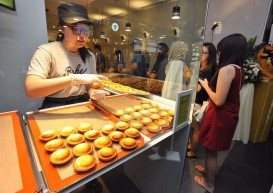 Customers brave 2-hour wait for Bake Cheese Tarts