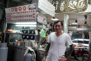 Former Taiwan gangster churns out noodles for the needy