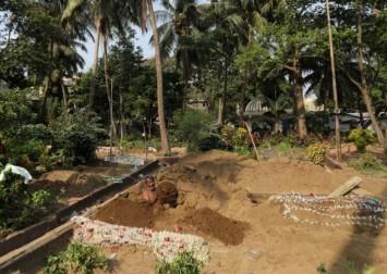 India Covid cases cross 18 million, gravediggers work round the clock