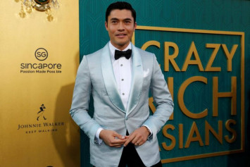 Warner Brothers says extreme heat led to errors on the backdrop at Crazy Rich Asians red carpet