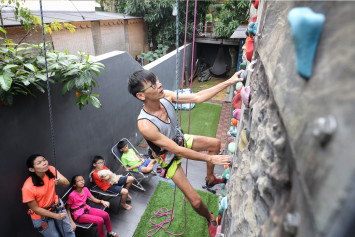 Singapore's miracle man: He returns to rock climbing just 4 months after being told he'd never walk again