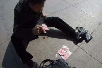 Man in China has heart attack, throws money at passers-by to get their attention