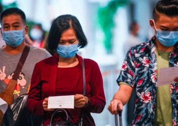 Malaysian travellers to China stuff bags with medical supplies