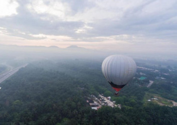 Penang hot air balloon runs out of steam, lands on road during event to promote balloon rides