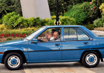 Johor's Sultan Ibrahim personally drives Dr Mahathir to airport in classic Proton Saga