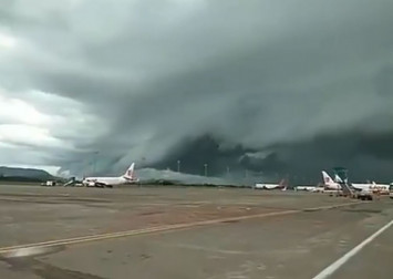 'Tsunami' clouds above Indonesian airport alarm residents