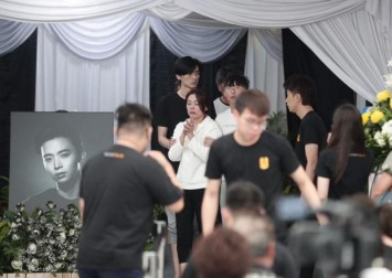 Aloysius Pang's wake: Constant stream of people turn up on second day to pay their final respects