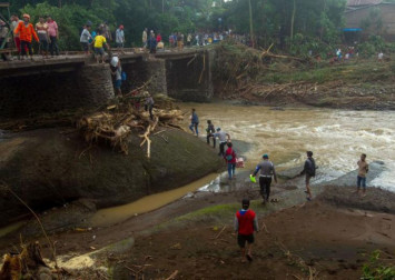 Death toll from Indonesia floods, landslides climbs to 68