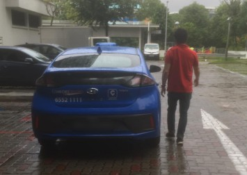 This made my day: Cabby goes out of his way to help mum of 3 despite heavy rain