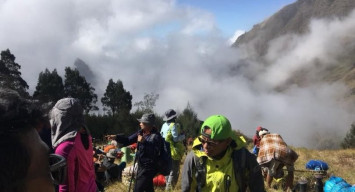 More than 500 hikers stranded on mountain after Indonesia quake, 16 killed