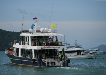 Distraught relatives identify victims of sunken Thai tourist boat; 42 bodies recovered
