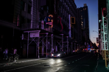 Officials seek answers after blackout in New York's Manhattan