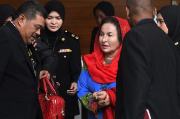 All eyes on Rosmah's outfit and accessories at Malaysia anti-graft HQ