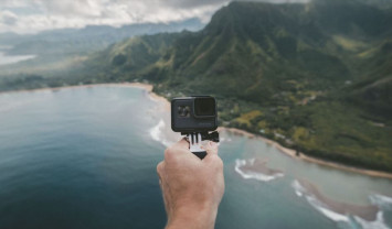 Selfie-taking Chinese tourist dies after falling from Indonesia cliff