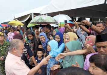 Thousands brave rain to attend Johor royal family open house