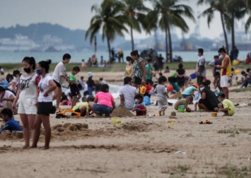 Coronavirus: Rise in community cases not stopping people from going to the beach