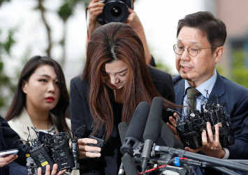 Faltering voice, head down, Korean Air daughter appears for police questioning