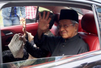 It's official, Dr Mahathir is Malaysia's 7th PM... and the world's oldest