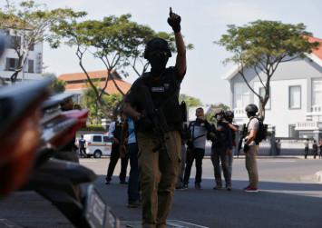 Bomb attack injures 10 at Surabaya police HQ