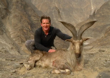 Hunter pays $150,000 to kill, pose with rare mountain goat in Pakistan