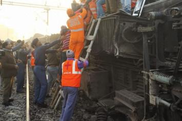 Indian express train derails killing 6, injuring dozens