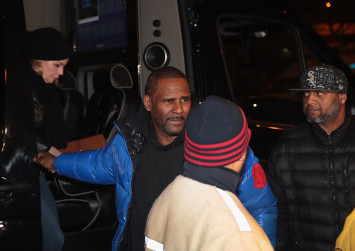 Singer R. Kelly, facing sex abuse charges, gets US$1 million bail