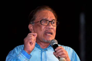 Anwar rubbishes PAS' claims of alleged coup against Mahathir