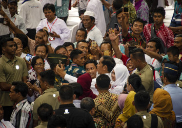 Indonesia's desperate housewives chase Jokowi selfies on election trail