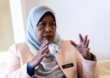 Malaysian minister Zuraida Kamaruddin says she never claimed to be an NUS graduate, amid online scrutiny