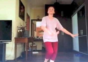 Malaysian woman performing Inang dance with grace steals many hearts