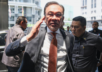 Azmin should have negotiated with non-compliant states, says Anwar