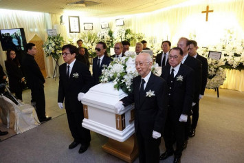 PHOTOS: Jackie Chan and Jacky Cheung were pallbearers at HK producer and manager Willie Chan's funeral