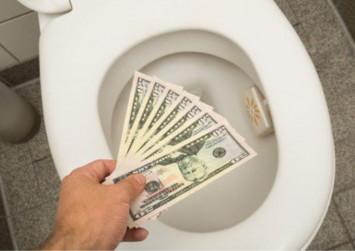 Flight attendant flushes over $7k down airplane toilet