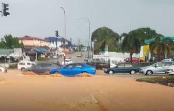 Flash floods wreak havoc, trapping motorists in JB