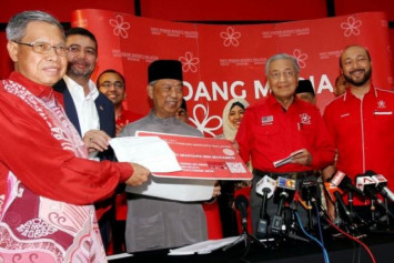 40 Umno MPs 'may join Mahathir's party', as Barisan Nasional mulls changing its name