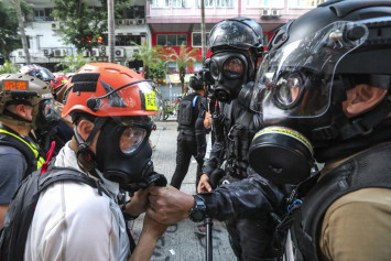 Hong Kong police 'allowed to remove' masks from reporters and patients