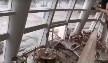 Chaos of Typhoon Mangkhut captured in videos posted by netizens in Hong Kong, China