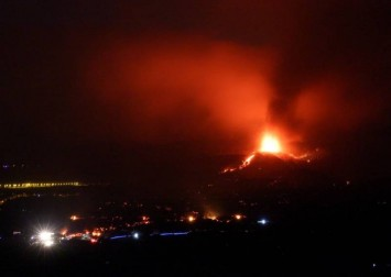 People flee with fridges, washing machines as Canary Islands volcano erupts