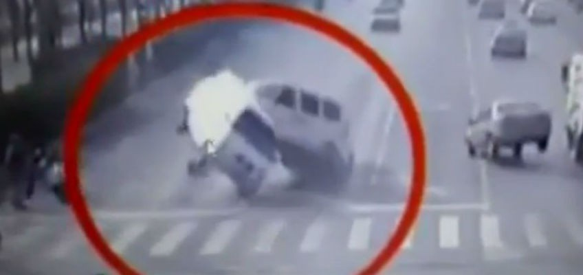 Video shows vehicles 'floating' in bizarre China accident
