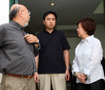 Dr GOH KENG SWEEs only son Mr Goh Kian Swee, grandson Goh Ken-Yi, and ...